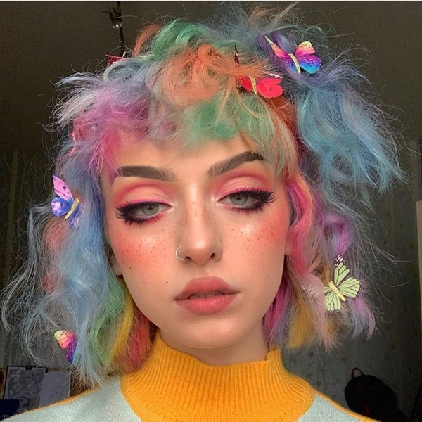 E-Girl Hairstyles: Butterfly clips