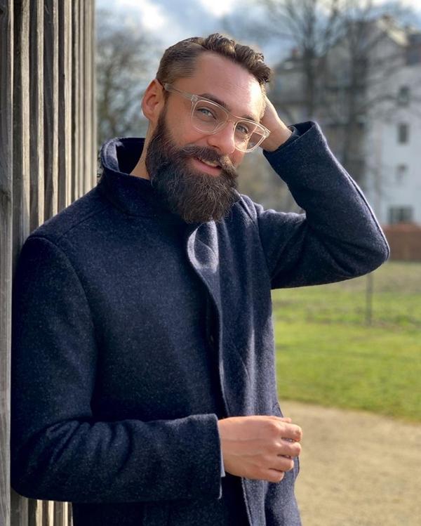 Medium-thick beard with spikes